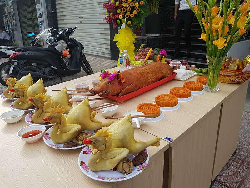 Gà cúng là lễ vật không thể thiếu trong nhiều mâm cỗ cúng kính tại Việt NamGà cúng là lễ vật không thể thiếu trong nhiều mâm cỗ cúng kính tại Việt Nam