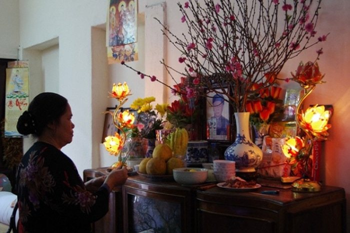 Việc dâng hương lên bàn thờ giúp gia chủ được bình an, tự do,tự tại, mang lại những điều tốt đẹp, may mắn hơn trong cuộc sống