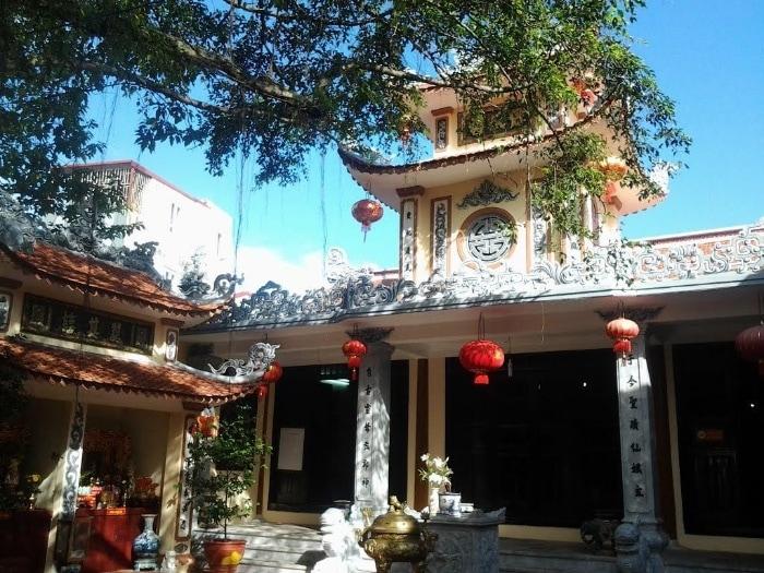 Đền Tiên Nga hiện nằm ở địa chỉ 53 phố Lê Lợi - nơi có cung cấp là thờ Tam Tòa Thánh Mẫu