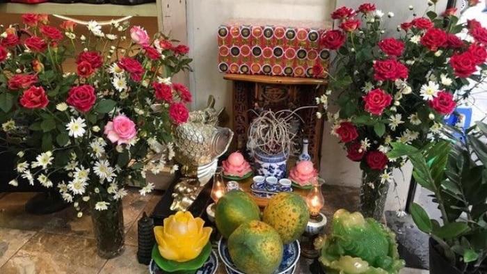 Hoa dâng lên bàn thờ Thần Tài - Thổ Địa