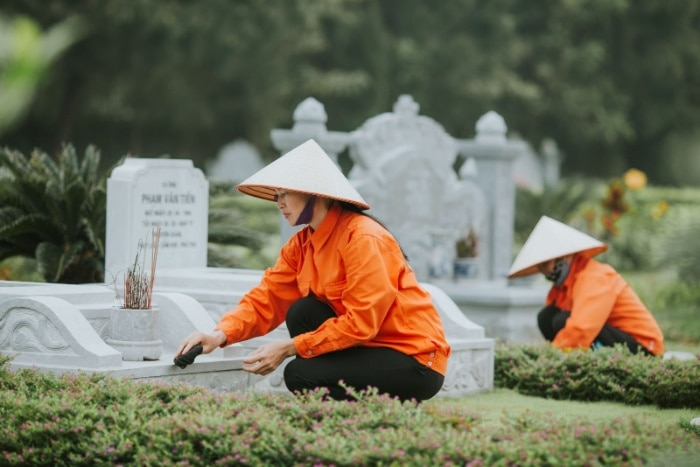 Con cháu cần dọn cỏ, đắp thêm đất cho mộ phần của tổ tiên đầy đặn và chắc chắn hơn chính là tảo mộ